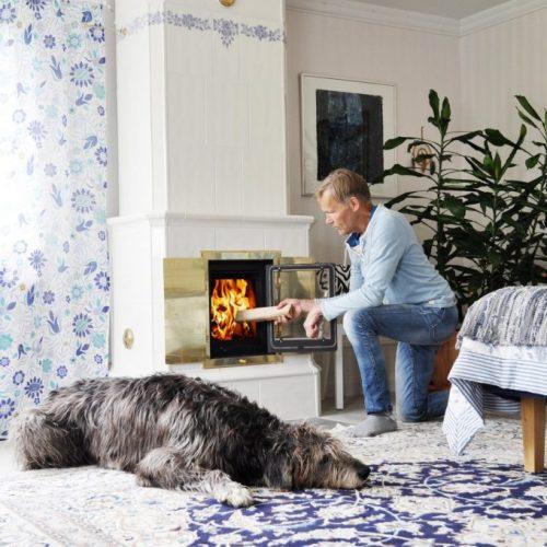 Borgholm-med-blå-rosslinga-och-stor-hund-1-680x1024
